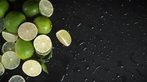Stücke von frischer saurer Limette langsam rotierend.