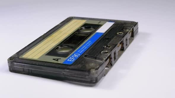 Thumbnail for Vintage-Audio assette rotiert auf weißem Hintergrund