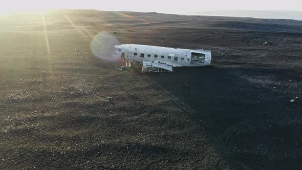 Thumbnail for Drohne bei Sonnenuntergang über Flugzeug-Wrack