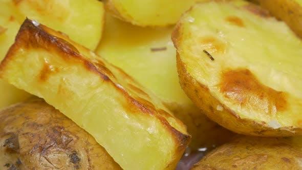 Thumbnail for Kartoffeln Lebensmittel Hintergrund 4K 3840X2160 UHD panning Video - Kartoffeln geröstetes Essen 4K 3840X2160 UHD