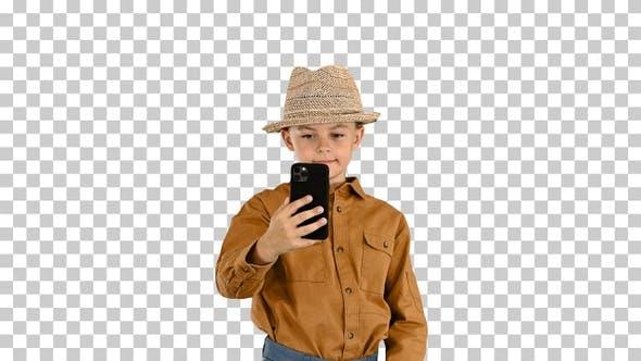 Kleiner Junge mit Strohhut, der Selfies macht, Alpha Channel