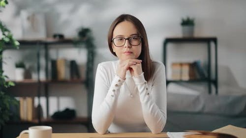Frau hört beim Videochat aufmerksam zu