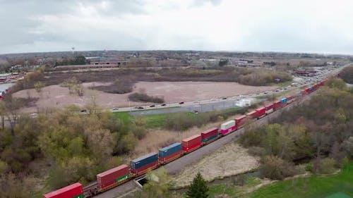 Lokomotive mit Güterbahnwagen-Fahrten auf Eisenbahn