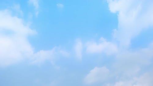 4K Sky Zeitraffer, Schöner Hintergrund, Sky Timelapse von Wolkenkratzern.