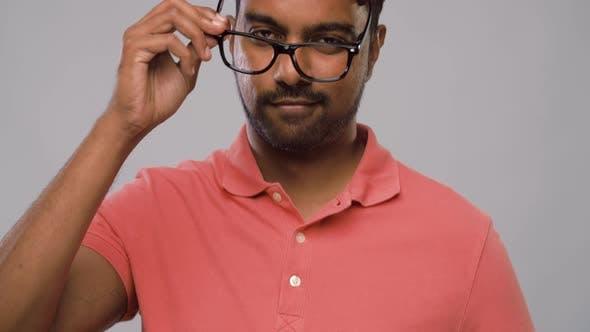 Thumbnail for junge Indische Mann in Brille berühren seine Haare