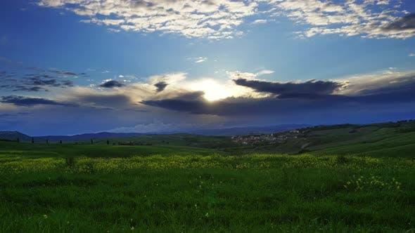 Landschaft mit Feld bei Sonnenuntergang in der Toskana