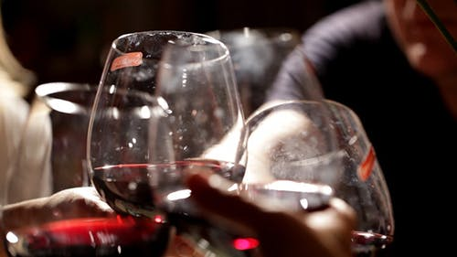 Menschen toasten und trinken Wein