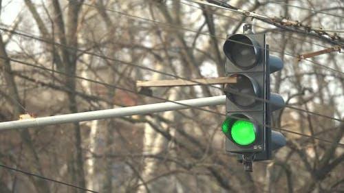 Ampel auf der Straße reguliert den Verkehr