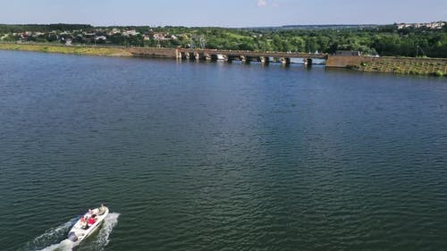 Schöner Fluss auf dem Land