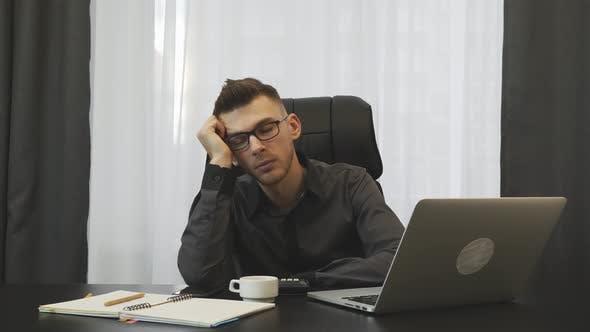 Thumbnail for Boss Broker schlafen während des Arbeitstages im Büro