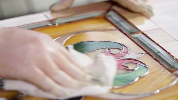 Thumbnail for Nahaufnahme einer Glasdekoration, der Meister wischt Staub mit einer Serviette