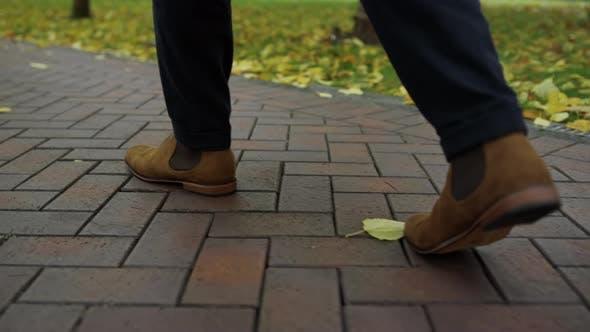 Homme méconnaissable pieds se promener dans la rue