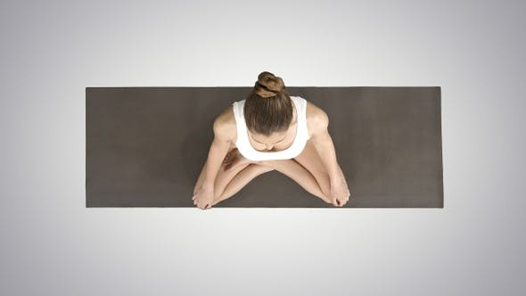 Thumbnail for Junge sportliche Frau praktiziert Yoga sitzend in Lotus Pose