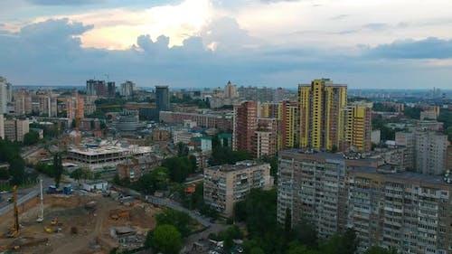 Ein ruhiger Flug über eine europäische Stadt Kiew