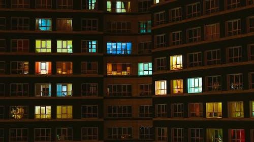 Licht in den Fenstern eines mehrstöckigen Gebäudes. Zeitraffer
