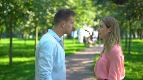 Paar emotional streiten draußen, Missverständnis in der Familie, Konflikt