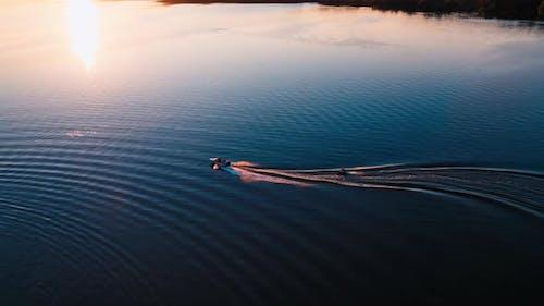 Motorboot auf dem Wasser bei Sonnenuntergang