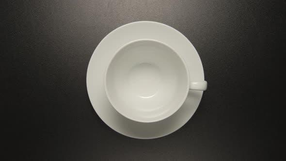 Thumbnail for Weiße Kaffeetasse dreht sich auf schwarzem Hintergrund