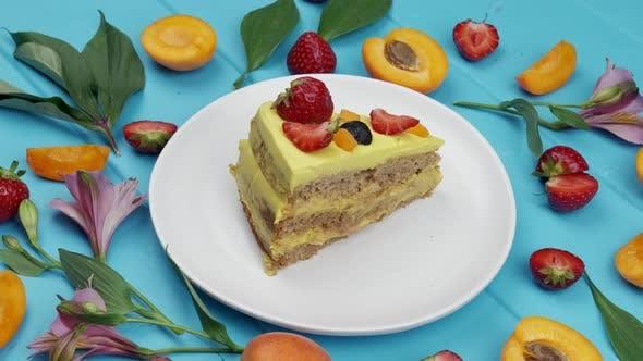 Köstlicher hausgemachter Kuchen auf einem blauen Holztisch