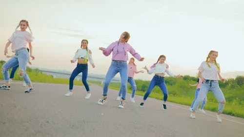 Synchronous Hiphop Movement in the Dance on the Roadway