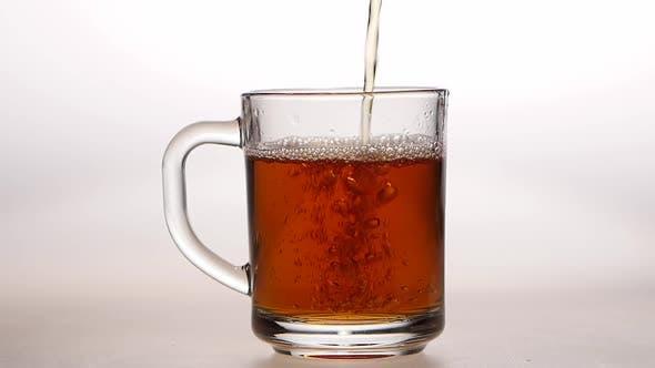 Thumbnail for Glasbecher ist Gießen Heißer schwarzer Tee. Zeitlupe, Nahaufnahmen
