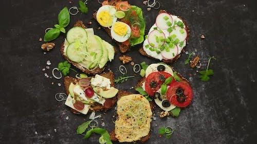 Ассортимент бутерброды домашнего назначения с различными топпингами