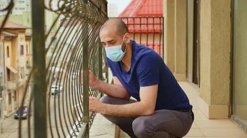 Mann mit Angstproblemen sitzt auf dem Balkon