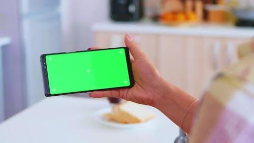 Anschauen eines Video am Telefon mit Greenscreen