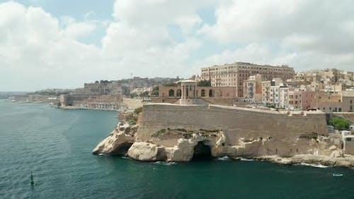 Berühmte Belagerungsglocken-Kriegerdenkmal in Valletta, Hauptstadt Malta, LuftDrohne rückwärts, enthüllt eine