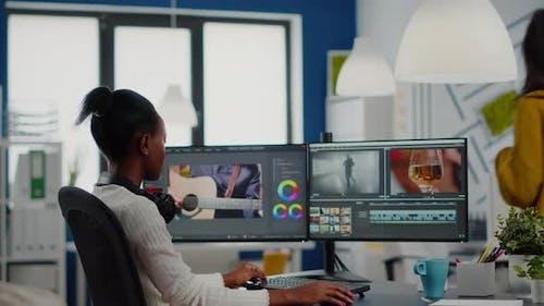 Éditeur vidéo africain regardant la caméra souriante Montage Projet vidéo