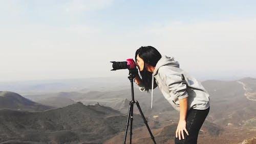 Mädchen Blick durch Kamera-Sucher auf Fotografie-Tour
