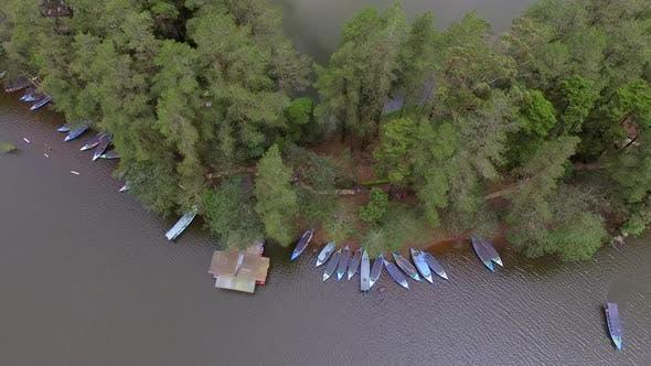 Thumbnail for Luftaufnahme von traditionellen kleinen Booten in der Nähe der Küste verankert, Malang, Indonesien.