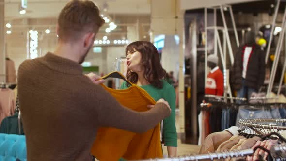 Cover Image for Man Offers His Girlfriend a Sweater but She Refuses