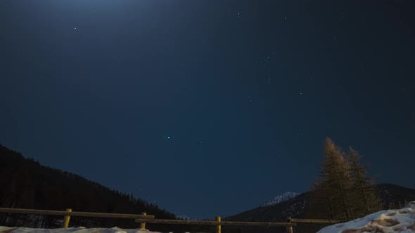 Time lapse: Orion constellation in the night sky by moonlight