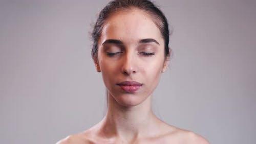 Porträt von nackten Mädchen öffnende Augen