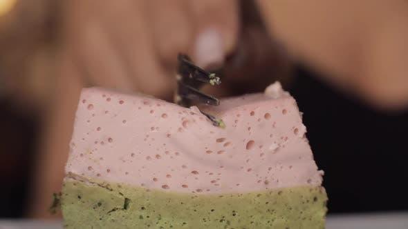 Thumbnail for Jemand Essen Leckeres süßes Dessert in Marco