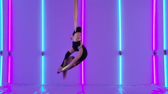 Equilibrium Gymnast Stretched and Rotating on Airy Silk