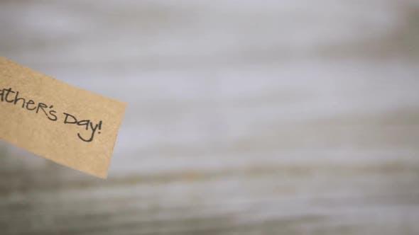 Thumbnail for Verpackt in braunem Papier Geschenk zum Vatertag.