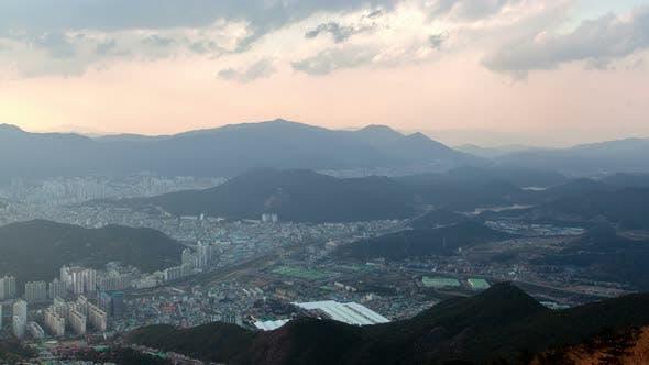 Thumbnail for Timelapse Busan City liegt unter Hügeln bei Sonnenuntergang Twilight