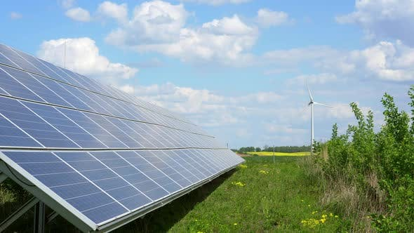 Sonnenkollektoren und Windgenerator