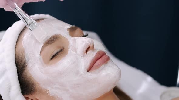 Thumbnail for Nahaufnahme der Frau Gesicht mit Maske, während Sie Verfahren