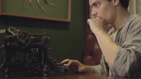 Thumbnail for Junger Mann Tippen auf einer Druckmaschine