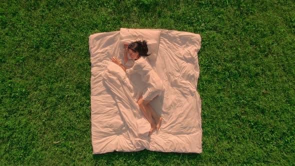 Thumbnail for Luftbild weiblich schlafend im Freien Wiese mit grünem Gras