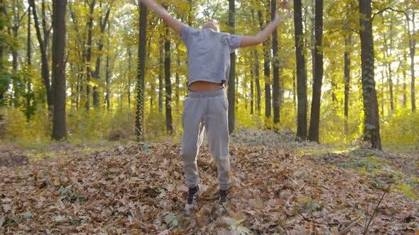 Happy Baby Boy im Autumnal Park. Kleines Kind spielt auf Herbst-Spaziergang. Herbstliche Bäume mit Goldenen