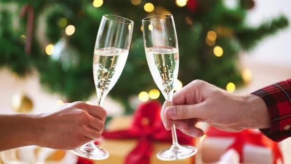 Thumbnail for Hände mit Gläsern Sekt zu Weihnachten