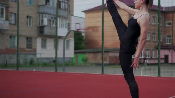 Девочка-гимнастка разогревается