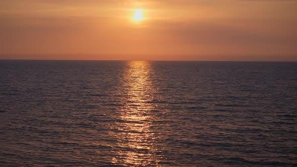 Thumbnail for Roter Sonnenuntergang im Meer.
