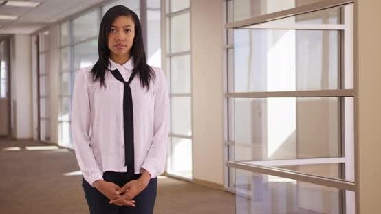 Thumbnail for Porträt von African American Büroangestellte im Gebäude Blick auf die Kamera