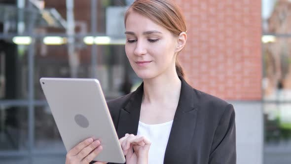 Cover Image for Young Businesswoman Using Tablet Outdoor