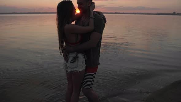 Thumbnail for Paar küssen am Strand bei Sonnenuntergang